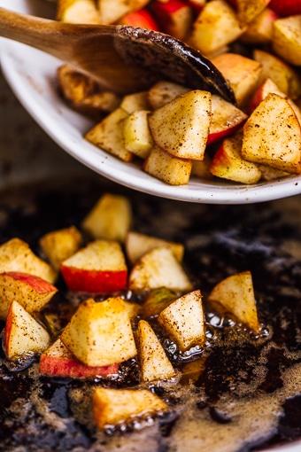 apple cinnamon compote recipe in a skillet