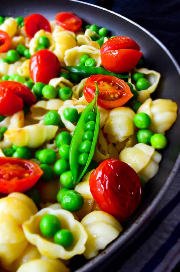 Summer Pasta with Tomatoes and Peas   giverecipe.com   #pasta #tomato #peas #cherrytomatoes #summer