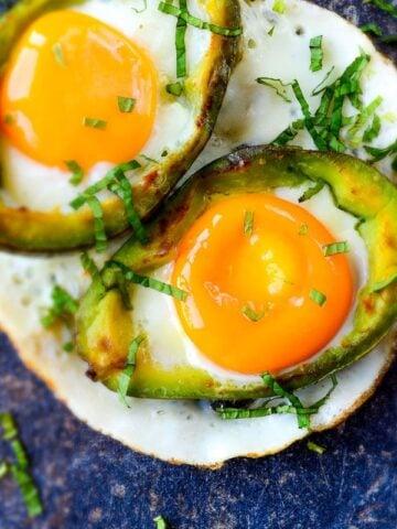Eggs Baked in Avocado | giverecipe.com | £avocadorecipe #eggrecipes #breakfast #healthyrecipes
