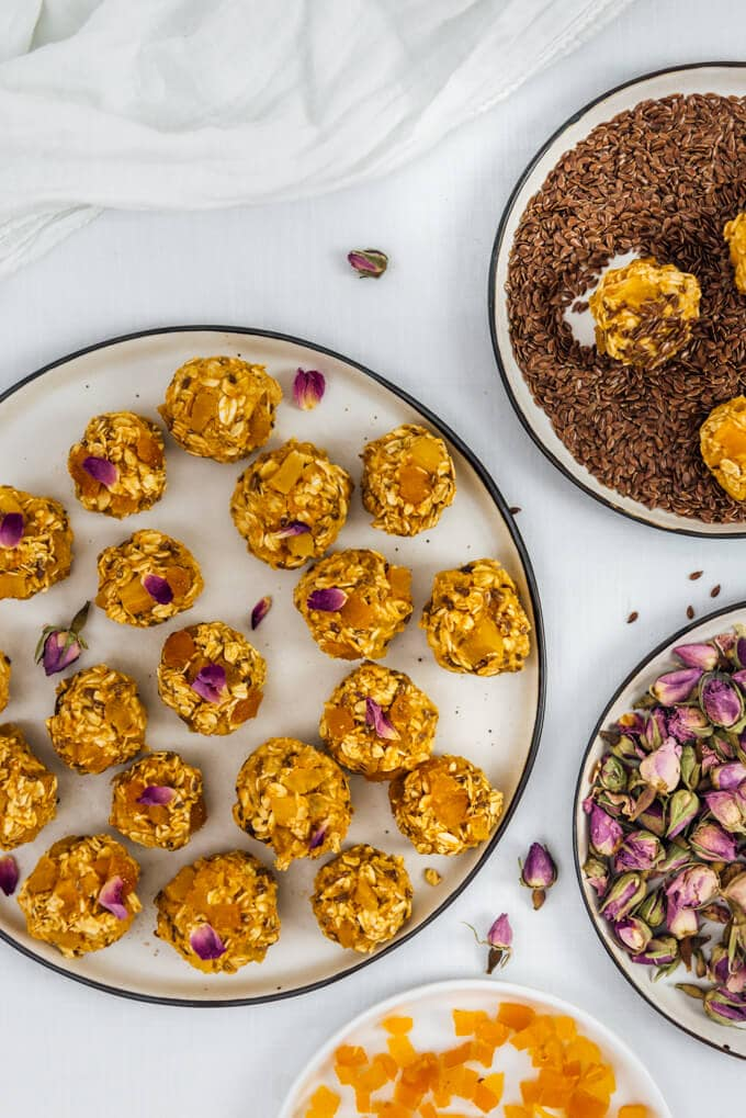 We don't need to bake to feel the fall flavor in your kitchen. These vegan and gluten-free no-bake Pumpkin Oatmeal Energy Balls perfectly satisfy our fall cravings.