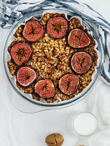 Oatmeal with walnuts and figs baked in oven.